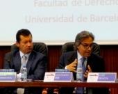 El Prof. Dr. Dr. h.c. mult. Mir Puig durante su ponencia, moderado por el Prof. Dr. Lombana (izq.).