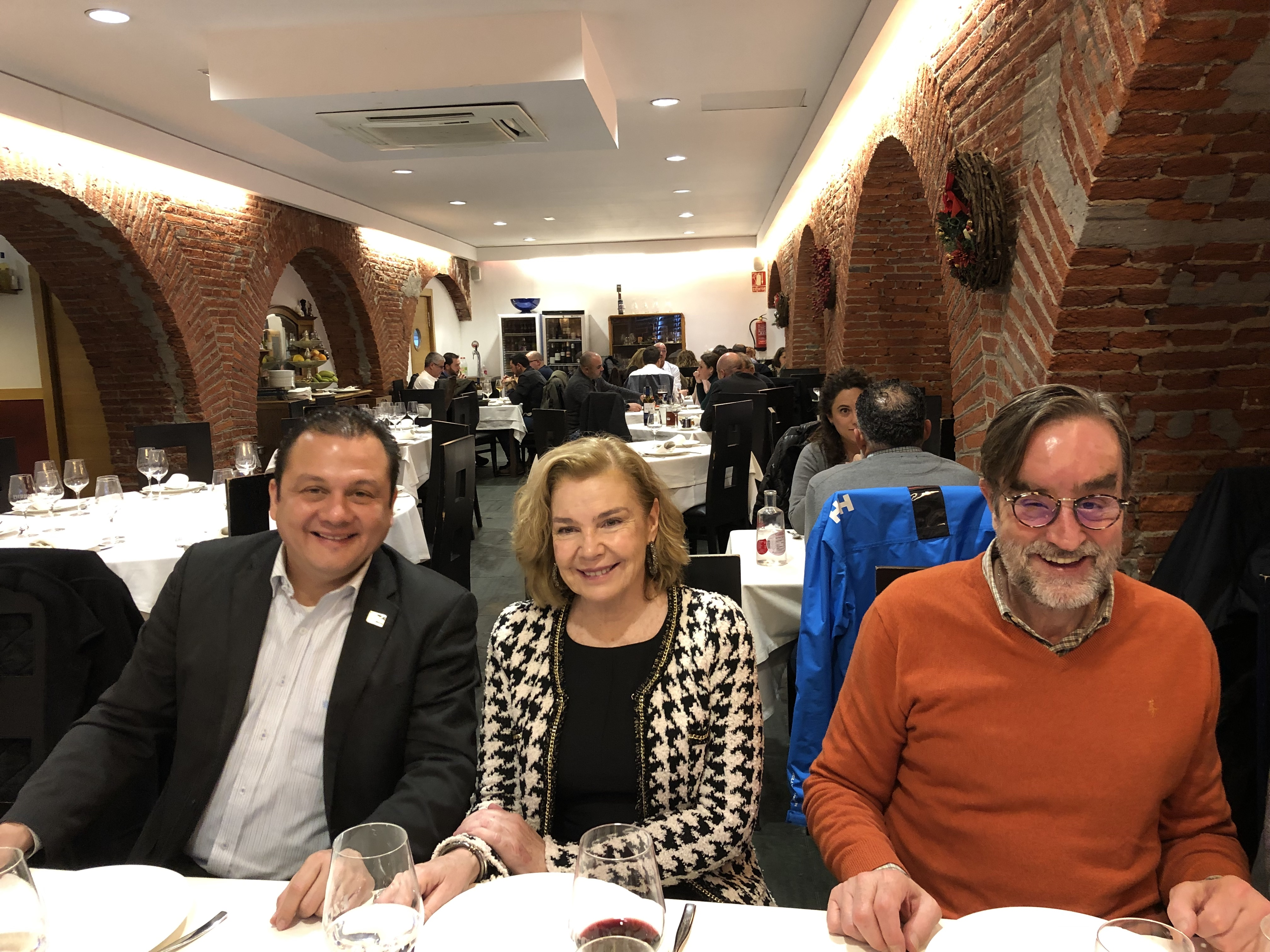 18-12-18 cena León 37 en Ezequiel. Alf Estévez_ Teresa_ Fdo Muñ-Campos