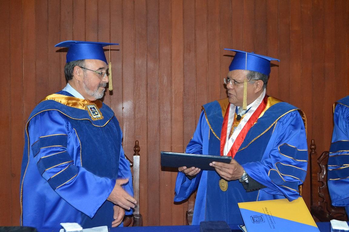2016-10-13 UIGV 3 Drhc DLP ViceR rector e.f. Dr. Laso entrega tit