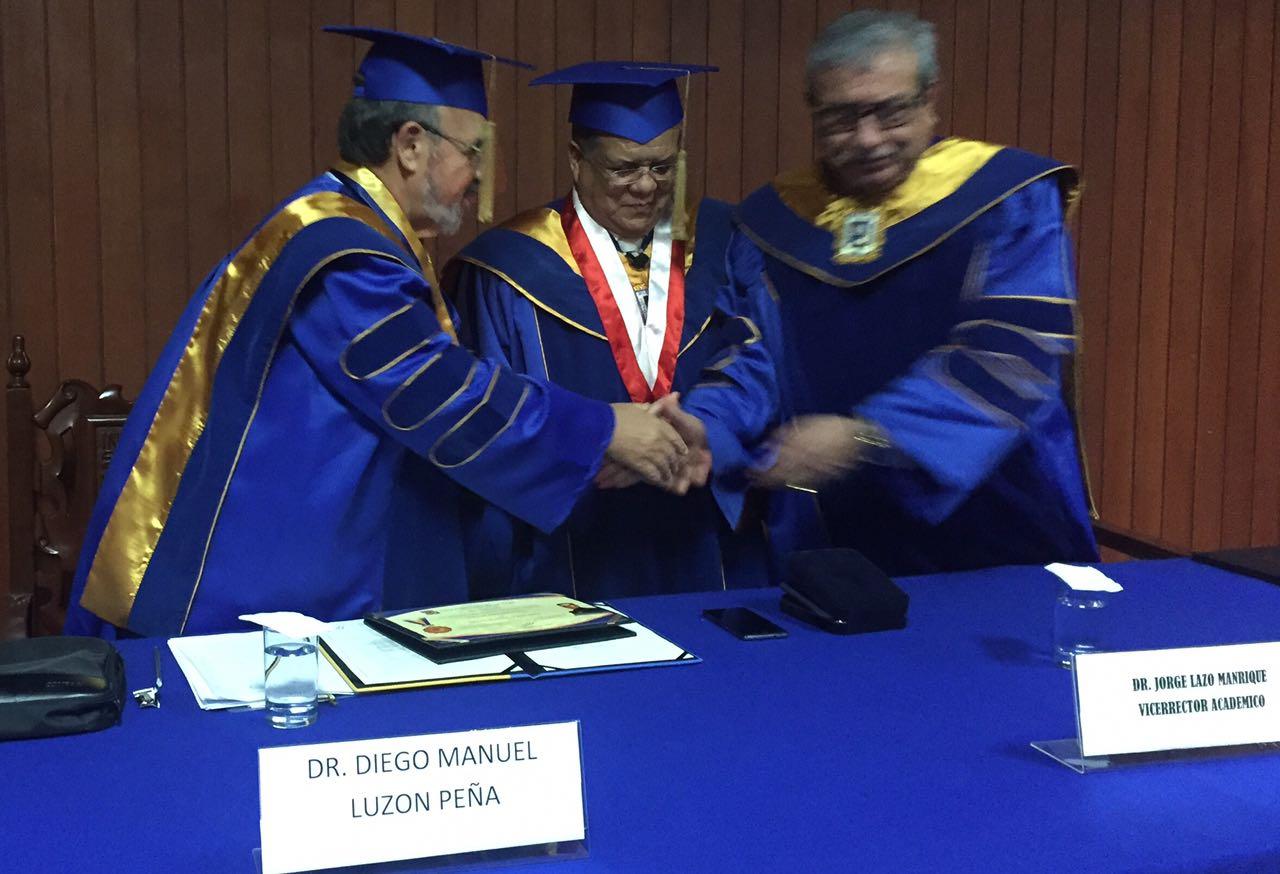 2016-10-13 UIGarcilVega Dr.h.c 7 DLP, rector e.f., decano FacDer estrechan manos