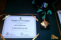 Título, medalla y birrete