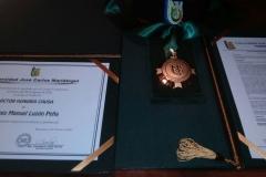 Titulo, medalla, birrete y resolución de nombramiento como Dr. h.c.