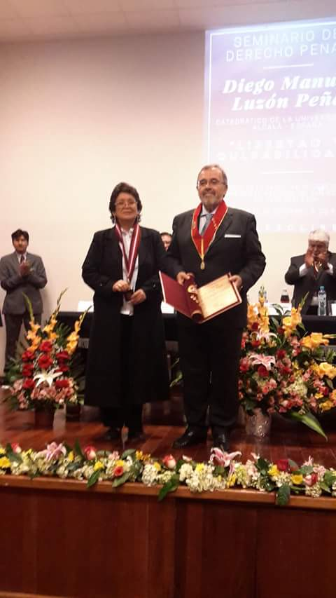 2016-10-10 Univ S. Agustin Arequipa 4 Dr.h.c. D Luzon con ViceR rectora e.f_