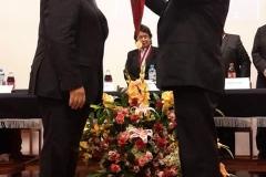 2016-10-10 Univ S. Agustin Arequipa 2 imposic medalla Dr.h.c. por SecrGral a D Luzon