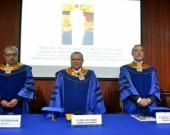 De izq. a dcha., el Decano de la Facultad de Derecho, el Vicerrector (Rector en funciones) de la Univ. Inca Garcilaso de la Vega de Lima y el Prof. Dr. Dres. h.c. Díaz y García Conlledo.