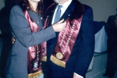 27. UCA Nicaragua, 18 nov. 2004: Investidura Prof. Luzón como Dr. h. c. Imposición de insignia de Doctor h. c. al Prof. Luzón por la madrina Prof. Asunción Moreno Castillo.