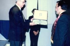 28. UCA Nicaragua, 18 nov. 2004: Investidura Prof. Luzón como Dr. h. c. Entrega por el Rector de la UCA del título de Dr. h.c. al Prof. Luzón.