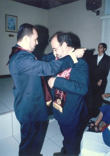 26. UCA Nicaragua, 18 nov. 2004: Investidura Prof. Luzón como Dr. h. c. Imposición de beca de Doctor h. c. al Prof. Luzón por el padrino Prof. Manuel Aráuz Ulloa.