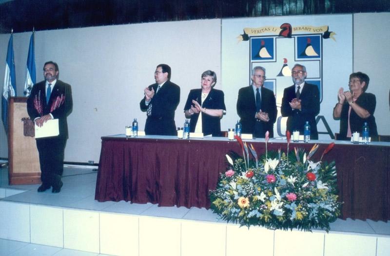 32. UCA Nicaragua, 18 nov. 2004: Investidura Prof. Luzón como Dr. h. c. Aplauso al nuevo Dr. h. c. Prof. Luzón.