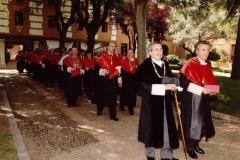 13. Desfile de salida del Paraninfo de la comitiva de doctores en traje académico: delante Rector y Prof. Mir, a continuación decano Facultad de Derecho y Prof. Luzón.