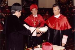 04. Paraninfo de la UA: El Rector entrega el título de Dr. h. c. al Prof. Mir ante el padrino Prof. Luzón.