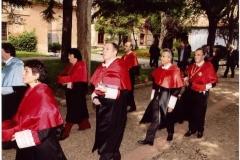02. Desfile de entrada al Paraninfo de la comitiva de doctores en traje académico. En la fila más próxima (1ª, 3º y 4º): los patronos Profs. Raquel Roso, Mir y Luzón.