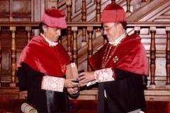 08. Paraninfo de la UA: El padrino Prof. Luzón entrega al Prof. Mir el anillo de Doctor.