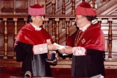 09. Paraninfo de la UA: El padrino Prof. Luzón entrega al Prof. Mir los guantes de Doctor.