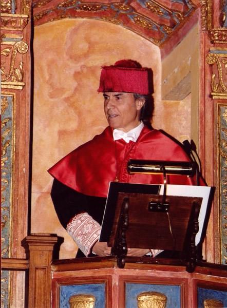 11. Paraninfo de la UA: El Prof. Mir pronuncia desde la cátedra su discurso de investidura  y contestación a la laudatio.