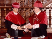 07. Paraninfo de la UA: El padrino Prof. Luzón entrega al Prof. Mir el Libro de la Ciencia.