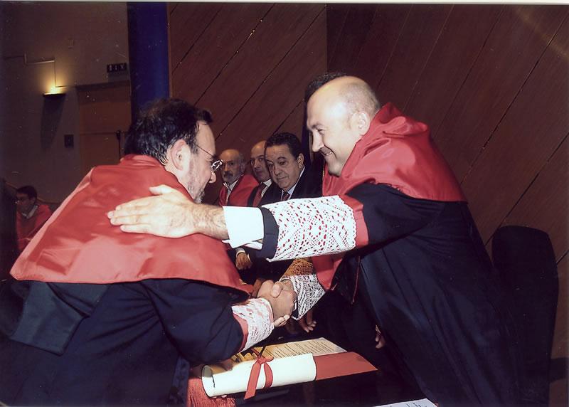 69. Investidura del Prof. Luzón como Prof. Honorario de la Facultad de Derecho de Orense, Univ. Vigo, 20 enero 2006. Entrega por el Rector y el Decano de la Facultad del título de Prof. Honorario.