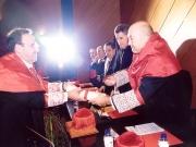 68. Investidura del Prof. Luzón como Prof. Honorario de la Facultad de Derecho de Orense, Univ. Vigo, 20 enero 2006. Entrega por el Rector y el Decano de la Facultad del título de Prof. Honorario.