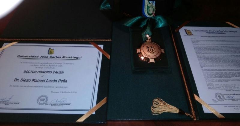 16-10-11 UJCMar Moquegua 13 Dr.h.c. DL titulo, medalla, birrete, nombram