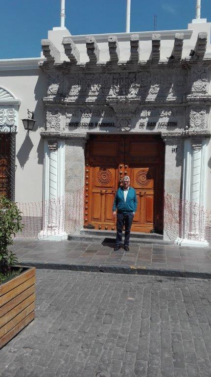El Prof. Dr. Dr. h.c. de Vicente Remesal en el centro histórico de Arequipa