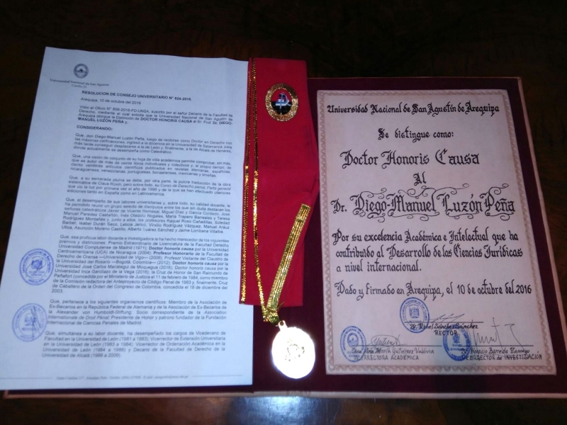 2016-10-10 Univ S. Agustin Arequipa 9 Dr.h.c. a D Luzon nombram, medalla y titulo