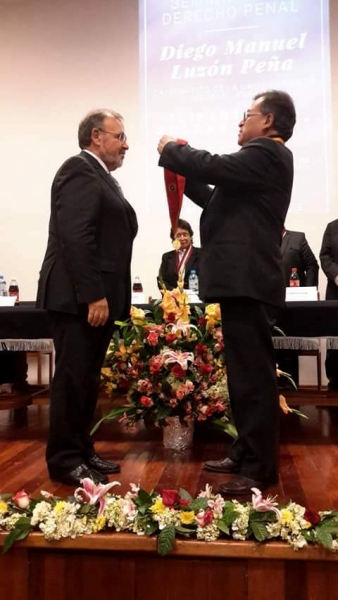 2016-10-12 Univ S. Agustin Arequipa 1 imposic medalla Dr.h.c. a D Luzon