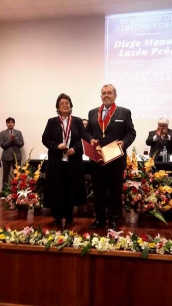 2016-10-12 Univ S. Agustin Arequipa 2 Dr.h.c. a D Luzon con rectora e.f.