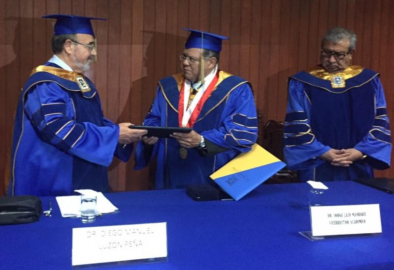 2016-10-13 UIGarcilVega Dr.h.c 3 rector e.f. entrega titulo