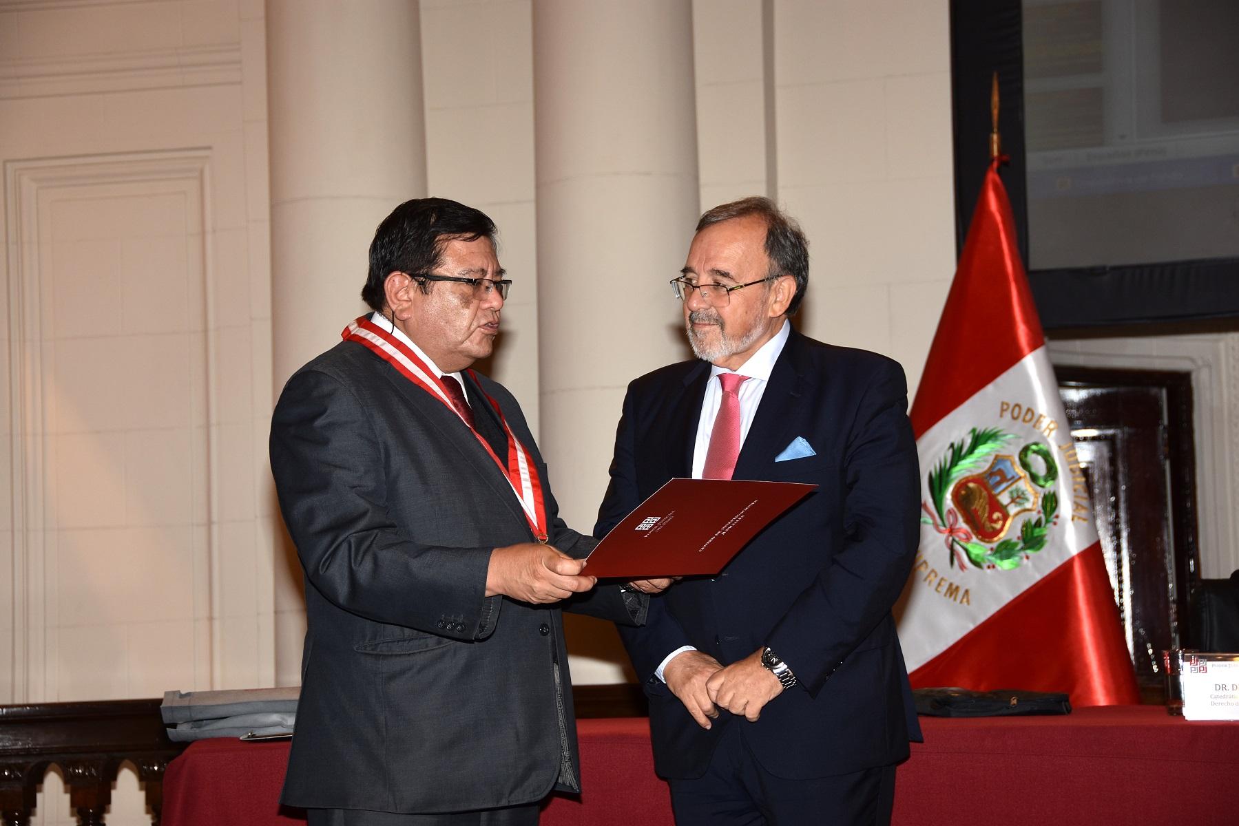 2016-10-6 CSJ Peru39, JuezSupremo JSalas entrega reconoc a DL 2300