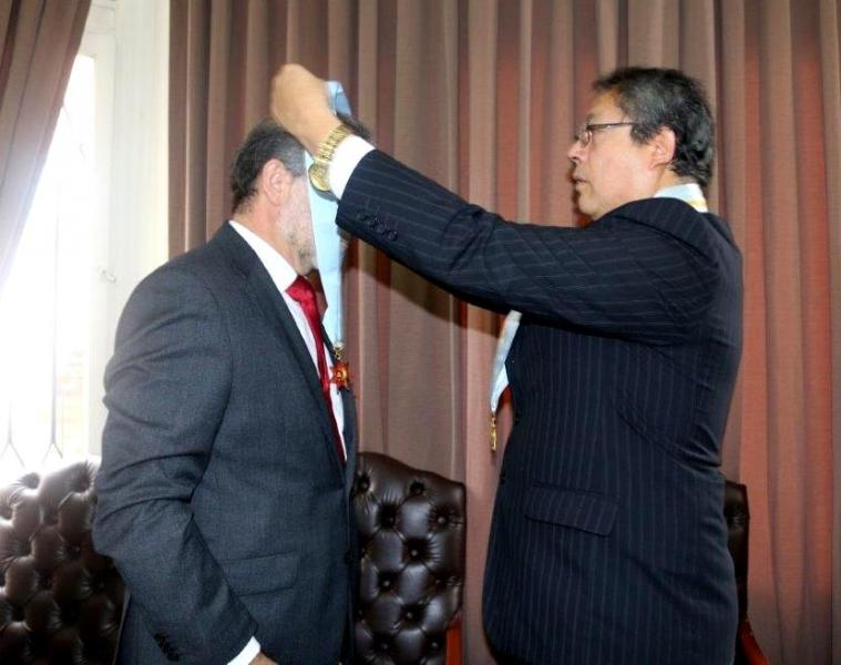 31-08-2016. Ceremonia de nombramiento del Prof. Dr. Dr. h.c. mult. Díaz y García Conlledo como Miembro Honorífico del Colegio de Abogados de Lima. Imposición de la medalla por el Sr. Decano.