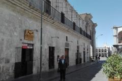 El Prof. Dr. Dr. h.c. mult. Luzón Peña en el centro histórico de Arequipa