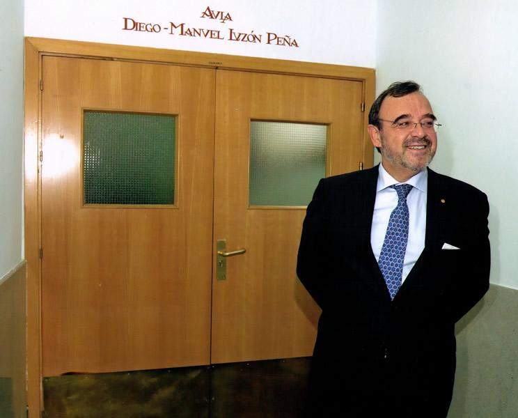 51. 19 enero 2007, Fiesta patronal de la Fac. Derecho UA. El Prof. Dr. Dr. h. c. Diego-Manuel Luzón Peña, Presidente de Honor de la FICP, ante el aula a él dedicada en la Facultad de Derecho de la Universidad de Alcalá.