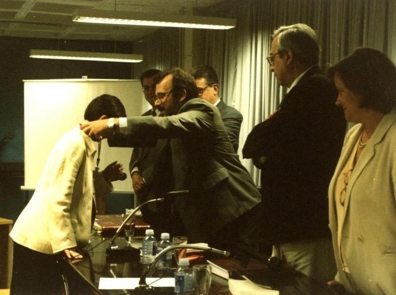 127. Univ. Pública de Navarra, Dpto. Derecho, 26 junio de 1997. Tesis doctoral de Inés Olaizola Nogales (dirigida por los Profs. M. Díaz y García Conlledo y Adela Asúa). El Presidente del Tribunal impone la medalla de Doctor a la Dra. Olaizola.
