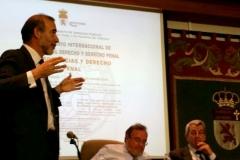 El Prof. Díaz y García Conlledo presenta al Prof. Luzón, moderado por el Prof. de Vicente Remesal