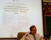 El Prof. Luzón Peña durante su ponencia, moderado por el Prof. de Vicente Remesal