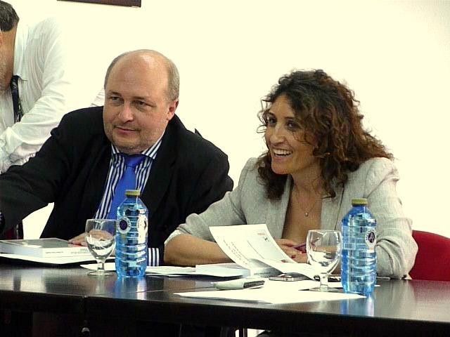El Prof. Dr. Paredes Castañón durante su ponencia, actuando de moderadora la Prof. Dra. Roso Cañadillas