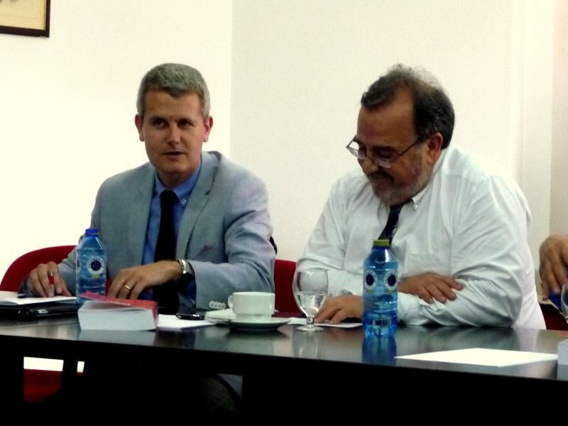 El Prof. Dr. Gómez Martín, moderador de la ponencia del Prof. Dr. Portillas Contreras, acompañado a la dcha. por el Prof. Dr. Luzón Peña.