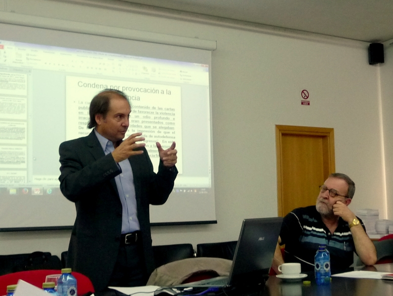El Prof. Dr. Portilla Contreras durante su ponencia, junto al Prof. Dr. Dr. h. c. mult. Gracia Martín.