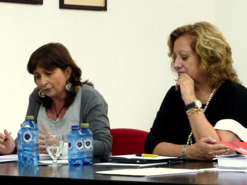 A la izq., la Prof. Dra. Olaizola Nogales durante su ponencia, actuando como moderadora la Prof. Dra. Corcoy Bidasolo.
