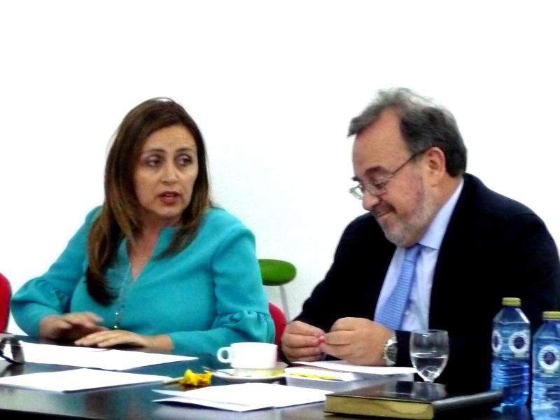 La Prof. Dra. Durán Seco actúa de moderadora de la ponencia del Dr. de la Fuente Honrubia, acompañada a su dcha. por el Prof. Dr. Luzón Peña.