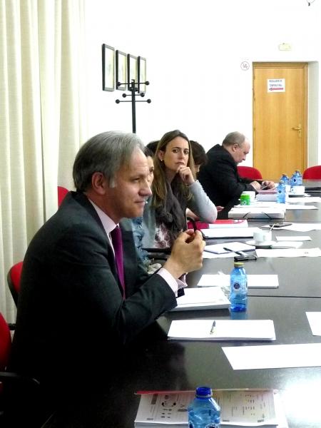 El Dr. Pavía Cardell discute sobre la ponencia del Dr. de la Fuente Honrubia.