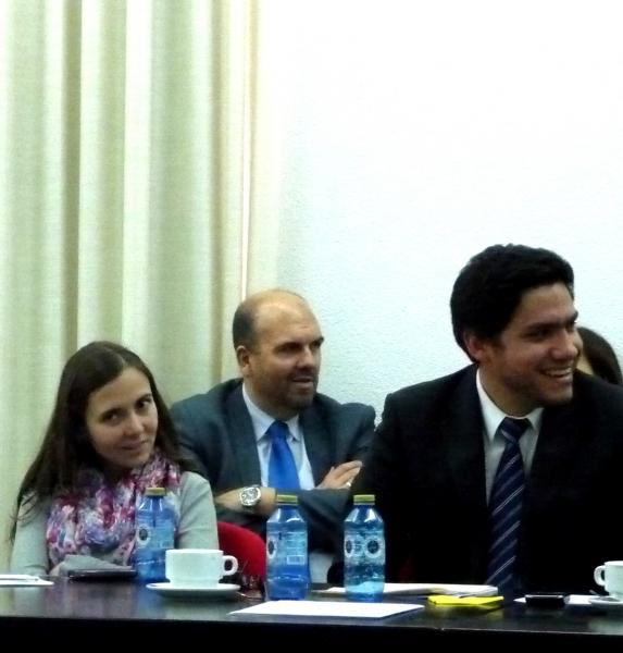 Al frente, D.ª Susana Escobar Vélez y D. Alfredo Alpaca Pérez. Al fondo, el Dr. de la Fuente Honrubia.