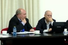 El Prof. Dr. Paredes Castañón (izq.) y el Prof. Dr. Dopico Gómez-Aller (dcha.) debaten sobre la ponencia de la Prof. Dra. Olaizola Nogales.