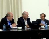 Los Profs. Dres. Paredes Castañón (izq.), Dopico Gómez-Aller (centro) y Portilla Contreras (dcha.) debaten sobre la ponencia de la Prof. Dra. Olaizola Nogales.