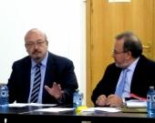El Prof. Dr. Peñaranda Ramos (izq.) modera la ponencia de D. Alfredo Alpaca Pérez, acompañado por el Prof. Dr. Luzón Peña (dcha.)